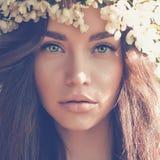 Signora romantica in una corona di di melo Fotografia Stock Libera da Diritti