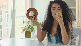 Signora sceglie la mela alla prima colazione di dieta stock footage