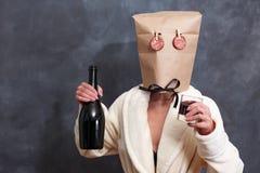 Signora sconosciuta con un pacchetto sul suo cocktai bevente capo dell'alcool immagini stock libere da diritti