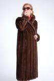 Signora senior che fuma con il cappotto di visone b Fotografie Stock Libere da Diritti