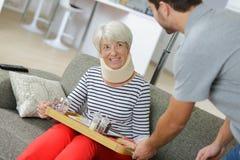 Signora senior che mangia alimento nella casa di cura fotografia stock libera da diritti