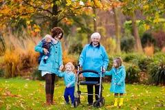 Signora senior con il camminatore che gode della visita della famiglia Immagine Stock Libera da Diritti