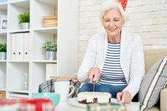 Signora senior Cutting Birthday Cake Fotografia Stock Libera da Diritti
