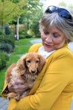 Signora senior ed il suo cane immagini stock libere da diritti