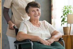Signora senior felice dopo il trattamento Immagini Stock Libere da Diritti