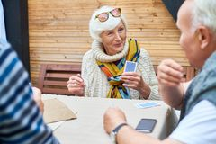 Signora senior Playing Cards con gli amici Fotografie Stock
