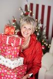 Signora senior sorridente con un mucchio dei regali di Natale Fotografia Stock Libera da Diritti