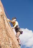 Signora senior sulla salita ripida della roccia in Colorado Fotografie Stock