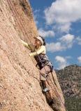Signora senior sulla salita ripida della roccia in Colorado Immagini Stock