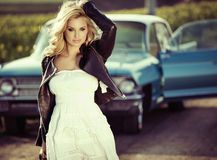 Signora sensuale con la retro automobile Fotografia Stock Libera da Diritti