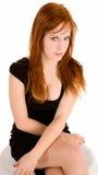 Signora sexy Sitting di Redhead su un banco Fotografie Stock Libere da Diritti