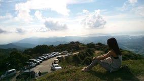 Signora si siede sulla montagna immagini stock