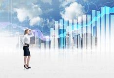 Signora sicura integrale di affari in vestito convenzionale Uno schizzo di New York City e del grafico dei forex sui precedenti Fotografia Stock