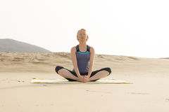 Signora Sitting e meditare, yoga su Sandy Ground Immagini Stock