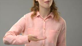 Signora sorda che vi dice è benvenuta nell'insegnante di linguaggio dei segni che mostra le parole nel asl archivi video