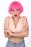 Signora sorpresa con capelli rosa che esamina la macchina fotografica Fine in su Priorità bassa bianca Fotografie Stock Libere da Diritti