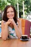 Signora sorridente che gode del capuccino Immagine Stock