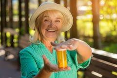 Signora sorridente con la bottiglia di pillola Fotografia Stock