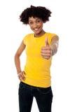 Signora sorridente felice che mostra i pollici aumenta il gesto Fotografia Stock