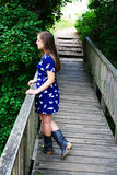 Signora sul ponte Immagini Stock
