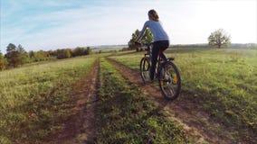 Signora sulla bici stock footage