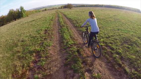 Signora sulla bici video d archivio