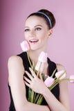 Signora sveglia con i tulipani di rosa del mazzo Fotografia Stock