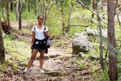 Signora tailandese di trekking che sorride durante il percorso della traccia Fotografie Stock Libere da Diritti