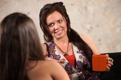 Signora Talking al suo amico Fotografie Stock
