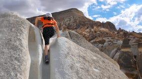 SIGNORA TOURIST CLIMBING A HILL Fotografia Stock