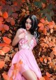 Signora in un vestito pastello rosa fertile di lusso fotografia stock