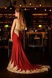 Signora in un vestito rosso nel ristorante fotografia stock libera da diritti