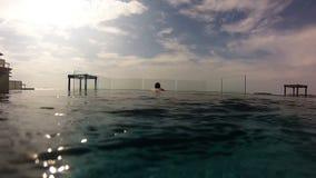 Signora in una piscina video d archivio