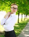 Signora vaga di affari in camicia e vetri bianchi Fotografia Stock Libera da Diritti