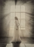 Signora in vestito d'annata bianco Fotografia Stock