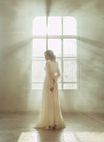 Signora in vestito d'annata bianco fotografie stock libere da diritti