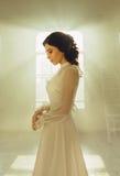 Signora in vestito d'annata bianco immagine stock libera da diritti