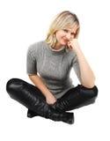 Signora in vestito grigio che si siede sul bianco. Fotografie Stock Libere da Diritti