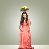 Signora in vestito rosso con il canestro del fiore sulla testa Fotografia Stock Libera da Diritti