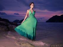Signora in vestito verde sulla spiaggia Fotografia Stock Libera da Diritti
