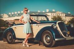 Signora vicino all'automobile classica Fotografie Stock