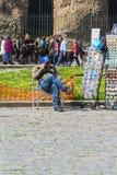 Signore che si siede in una sedia Fotografie Stock Libere da Diritti