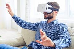 Signore concentrato con la barba che lavora nel gla di realtà virtuale Fotografia Stock Libera da Diritti
