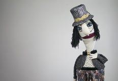 Signore del burattino di mano nel ritratto del cappello su fondo bianco Fotografia Stock