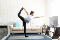 Signore della posa di yoga di ballo Immagini Stock Libere da Diritti
