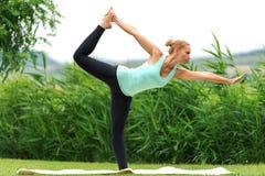Signore della posa di yoga di ballo Immagine Stock