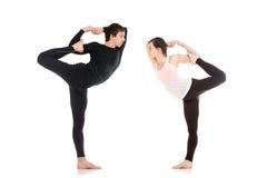 Signore della posa di yoga di ballo nelle paia Immagini Stock