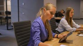 Signore di affari sulla riunione nel 'brainstorming' interno dell'ufficio moderno di notte archivi video