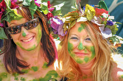 Signore graziose decorate con pianta ed i fiori per Jack nella celebrazione verde in Hastings Fotografia Stock Libera da Diritti