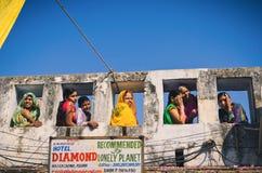 Signore indiane tribali al cammello giusto, Ragiastan, India di Pushkar Fotografia Stock